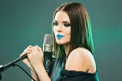 Γυναίκα μουσικής Πρότυπος τραγουδιστής Πορτρέτο ομορφιάς Στοκ φωτογραφίες με δικαίωμα ελεύθερης χρήσης