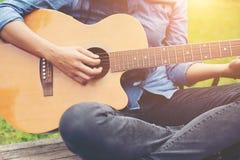 Γυναίκα μουσικών και η κιθάρα της στο πάρκο φύσης, κιθάρα πρακτικής στοκ εικόνες με δικαίωμα ελεύθερης χρήσης