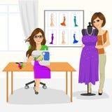 Γυναίκα μοδιστρών που χρησιμοποιούν τη ράβοντας μηχανή και σχεδιαστής μόδας που ένα μανεκέν με μια εσθήτα Στοκ Εικόνα