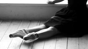 Γυναίκα μπαλέτου που στηρίζεται στο πάτωμα απόθεμα βίντεο