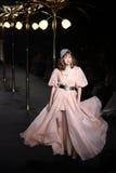 Γυναίκα μπουτίκ ` Λα επιδείξεων μόδας ` έτοιμη να φορέσει και να κολυμπήσει το υψηλό ύφος περικοπών Στοκ Φωτογραφίες