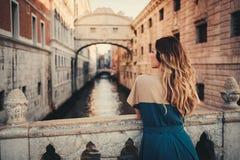 Γυναίκα μπροστά από τη γέφυρα των στεναγμών στη Βενετία Στοκ εικόνες με δικαίωμα ελεύθερης χρήσης