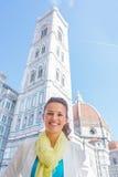 Γυναίκα μπροστά από το duomo στη Φλωρεντία, Ιταλία στοκ φωτογραφία με δικαίωμα ελεύθερης χρήσης
