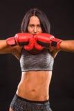 Γυναίκα μπόξερ με τα κόκκινα εγκιβωτίζοντας γάντια επάνω Στοκ Εικόνες