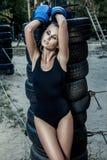 Γυναίκα μπόξερ μόδας μαύρο sportswear και με τα μπλε εγκιβωτίζοντας γάντια Στοκ Εικόνες