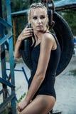 Γυναίκα μπόξερ μόδας μαύρο sportswear και με τα μπλε εγκιβωτίζοντας γάντια Στοκ εικόνα με δικαίωμα ελεύθερης χρήσης