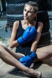 Γυναίκα μπόξερ μόδας μαύρο sportswear και με τα μπλε εγκιβωτίζοντας γάντια Στοκ εικόνες με δικαίωμα ελεύθερης χρήσης