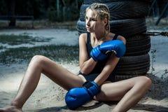 Γυναίκα μπόξερ μόδας μαύρο sportswear και με τα μπλε εγκιβωτίζοντας γάντια Στοκ Εικόνα