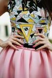 Γυναίκα μόδας με τη ρόδινη φούστα στοκ φωτογραφία με δικαίωμα ελεύθερης χρήσης