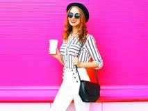 Γυναίκα μόδας με το φλυτζάνι καφέ που φορά τα άσπρα εσώρουχα μαύρων καπέλων μόδας Στοκ Εικόνες