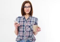 Γυναίκα μόδας ομορφιάς που φορά τα γυαλιά, πουκάμισο καρό που απομονώνεται στο άσπρο υπόβαθρο Όμορφο νέο brunette με καθιερώνοντα στοκ εικόνες