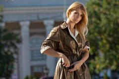 Γυναίκα μόδας στην πόλη φθινοπώρου Στοκ Εικόνες