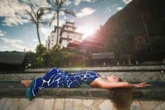 Γυναίκα μόδας στο από το Μπαλί ξενοδοχείο, το θέρετρο πολυτέλειας και τη SPA στοκ φωτογραφία με δικαίωμα ελεύθερης χρήσης