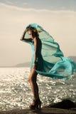 Γυναίκα μόδας στο κυματίζοντας μπλε φόρεμα Στοκ Φωτογραφίες