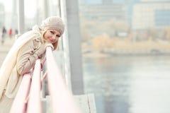 Γυναίκα μόνο στη γέφυρα στοκ εικόνα με δικαίωμα ελεύθερης χρήσης