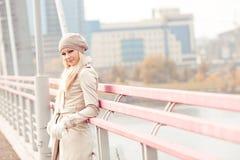 Γυναίκα μόνο στη γέφυρα στοκ φωτογραφίες με δικαίωμα ελεύθερης χρήσης
