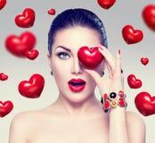 Γυναίκα μόδας με τις κόκκινες καρδιές Στοκ Φωτογραφίες