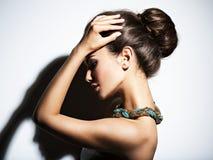 Γυναίκα μόδας με το σύγχρονο περιδέραιο κοσμήματος Στοκ Εικόνες