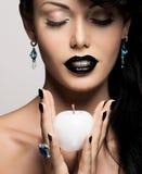 Γυναίκα μόδας με το σύγχρονο hairstyle με το άσπρο μήλο Στοκ φωτογραφία με δικαίωμα ελεύθερης χρήσης