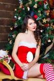 Γυναίκα μόδας ομορφιάς στο προκλητικό φόρεμα, νέο υπόβαθρο δέντρων έτους Στοκ φωτογραφία με δικαίωμα ελεύθερης χρήσης