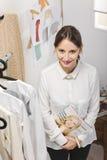 Γυναίκα μόδας που επιλέγει ένα κομμάτι για τη νέα συλλογή. στοκ εικόνες με δικαίωμα ελεύθερης χρήσης