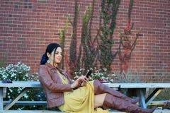 Γυναίκα μόδας που χρησιμοποιεί το έξυπνο τηλέφωνο στοκ φωτογραφίες