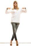 Γυναίκα μόδας στην κενή άσπρη μπλούζα Στοκ Εικόνες