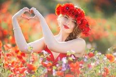 Γυναίκα μόδας στον τομέα των κόκκινων λουλουδιών παπαρουνών, χρόνος άνοιξη Στοκ φωτογραφία με δικαίωμα ελεύθερης χρήσης