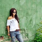 Γυναίκα μόδας στο υπαίθριο πορτρέτο γυαλιών ηλίου Στοκ Φωτογραφία