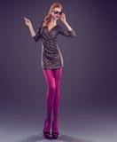 Γυναίκα μόδας, φόρεμα τσεκιών γοητείας Εξάρτηση κόμματος Στοκ Φωτογραφίες