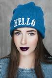 Γυναίκα μόδας hipster με το σακίδιο πλάτης στο μπλε καπέλο στοκ εικόνα με δικαίωμα ελεύθερης χρήσης