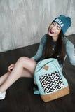 Γυναίκα μόδας hipster με το σακίδιο πλάτης στο μπλε καπέλο στοκ φωτογραφίες με δικαίωμα ελεύθερης χρήσης