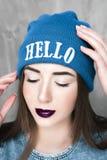 Γυναίκα μόδας hipster με το σακίδιο πλάτης στο μπλε καπέλο στοκ εικόνες με δικαίωμα ελεύθερης χρήσης