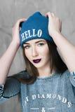 Γυναίκα μόδας hipster με το σακίδιο πλάτης στο μπλε καπέλο στοκ φωτογραφία με δικαίωμα ελεύθερης χρήσης