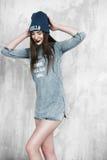 Γυναίκα μόδας hipster με το σακίδιο πλάτης στο μπλε καπέλο στοκ εικόνες