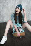 Γυναίκα μόδας hipster με το σακίδιο πλάτης στο μπλε καπέλο στοκ φωτογραφίες