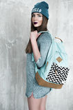 Γυναίκα μόδας hipster με το σακίδιο πλάτης στο μπλε καπέλο στοκ φωτογραφία