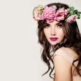 γυναίκα μόδας Makeup, σγουρή τρίχα και ρόδινα λουλούδια Στοκ εικόνα με δικαίωμα ελεύθερης χρήσης