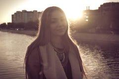 Γυναίκα μόδας Oung με την τσάντα το φθινόπωρο, αναδρομικό Στοκ φωτογραφίες με δικαίωμα ελεύθερης χρήσης