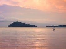 Γυναίκα νεολαίας που εξετάζει το ηλιοβασίλεμα στη θάλασσα Στοκ φωτογραφία με δικαίωμα ελεύθερης χρήσης