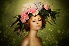 Γυναίκα νεράιδων κομψότητας στο στεφάνι λουλουδιών Στοκ εικόνες με δικαίωμα ελεύθερης χρήσης