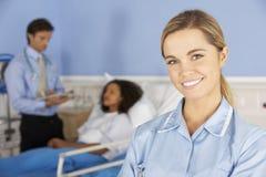 Γυναίκα νοσοκόμα πορτρέτου που εργάζεται στο νοσοκομείο στοκ φωτογραφίες