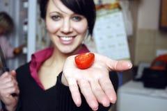 γυναίκα ντοματών κερασιών Στοκ φωτογραφία με δικαίωμα ελεύθερης χρήσης