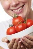 γυναίκα ντοματών κύπελλω&nu στοκ εικόνα με δικαίωμα ελεύθερης χρήσης