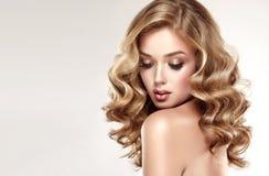 Γυναίκα ξανθή με το ογκώδες, λαμπρό, σγουρό και χαλαρό hairstyle στοκ φωτογραφία με δικαίωμα ελεύθερης χρήσης