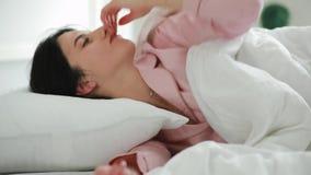 Γυναίκα ξυπνήστε στο πρωί στο κρεβάτι φιλμ μικρού μήκους