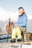 Γυναίκα οδοιπόρων που στηρίζεται στον ξύλινο πάγκο το χειμώνα στοκ εικόνα με δικαίωμα ελεύθερης χρήσης