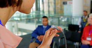 Γυναίκα ομιλητής με το lap-top που μιλά σε ένα επιχειρησιακό σεμινάριο 4k απόθεμα βίντεο