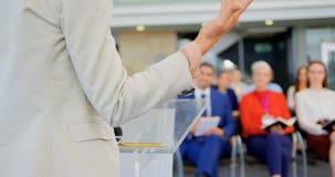 Γυναίκα ομιλητής που μιλά στο επιχειρησιακό σεμινάριο 4k απόθεμα βίντεο