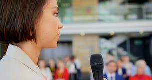 Γυναίκα ομιλητής που μιλά στο επιχειρησιακό σεμινάριο 4k φιλμ μικρού μήκους